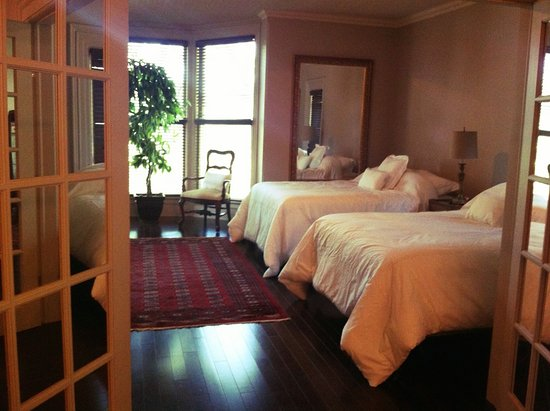 Port Dover, Canada: The Joshua Room includes two double beds and a seating area in front of a big bay window.
