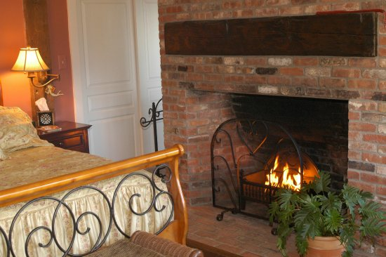 Bristol, NH: Newfound room with fire place and Jacuzzi
