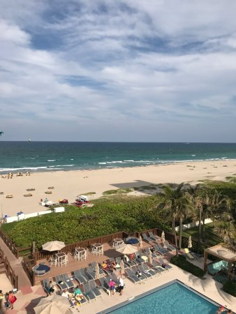 Singer Island, FL: The outside of this hotel is amazing. Gorgeous sand beach. Rooms are tired and need updating and