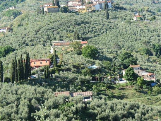 Buggiano Castello, Italia: il hotel visto dal'alto: il parcheggio, la piscina, bellissima panorama...