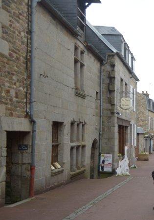 Villedieu-les-Poeles, Frankrike: il negozio visto dalla strada