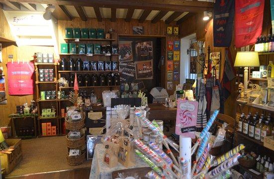 Villedieu-les-Poeles, Francia: interno del negozio