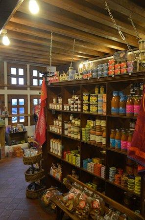 Villedieu-les-Poeles, Frankrike: interno del negozio
