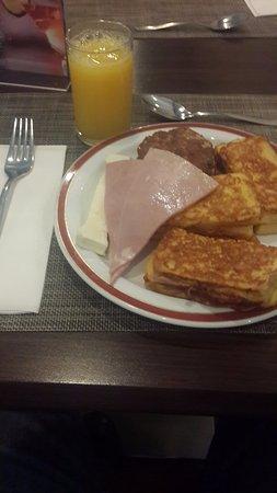 Riande Aeropuerto: Un rico desayuno abierto incluido...