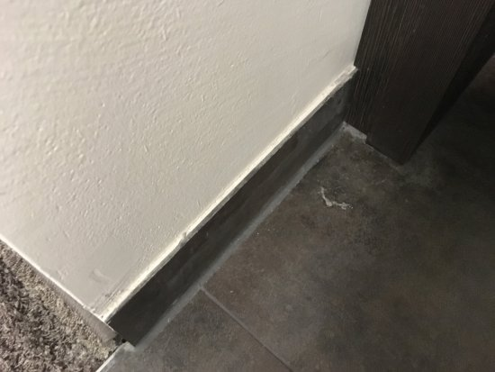 SAKS Urban Design Hotel: bathroom floor not cleaned properly