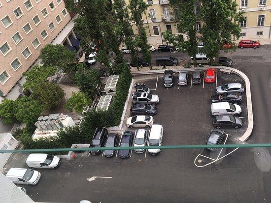AVANI Avenida Liberdade Lisbon Hotel : Eingangsbereich des Hotels, links die Krachmacher. Ganz links das Hotel Tivoli.