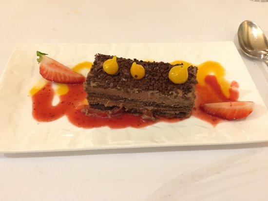 Sennece-les-Macon, France: délice de chocolat aux poivrons rouges et fraises