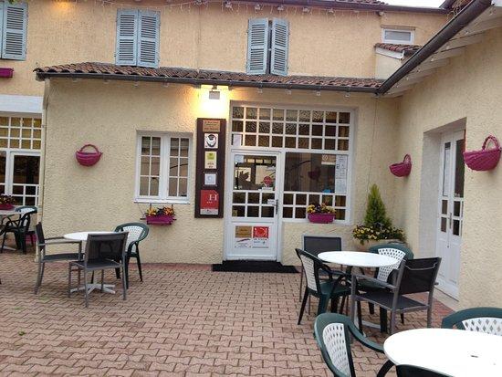 Sennece-les-Macon, France: l'entree de l hotel