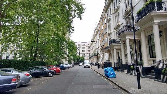 London House Hotel : Rua em frente ao hotel bem calma e próximo a comércios locais.
