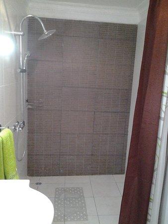 Tanàna Maeva : Salle d'eau. Chambre double st