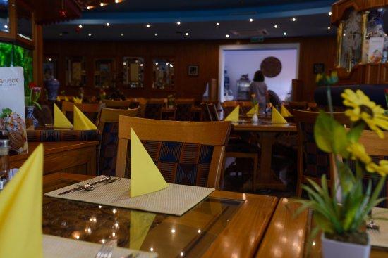 5 Sterne China Restaurant: Der Innenraum ist großzügig, doch nie zu eng.