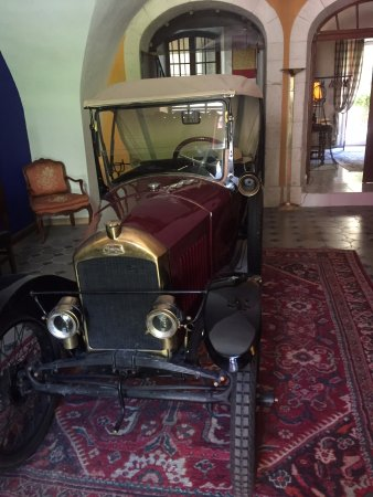 Bourg-Saint-Andeol, France: This vintage car sites in the hotel entrance