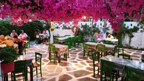 Naoussa, Grækenland: Restaurant in Anti-Paros - Short ferry hop from Paros