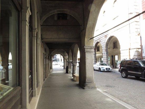 Via Martiri della Liberta: sotto ai portici