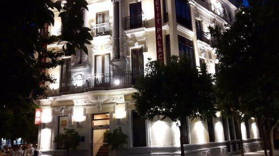 Petit Palace Canalejas Sevilla: Albergo di notte
