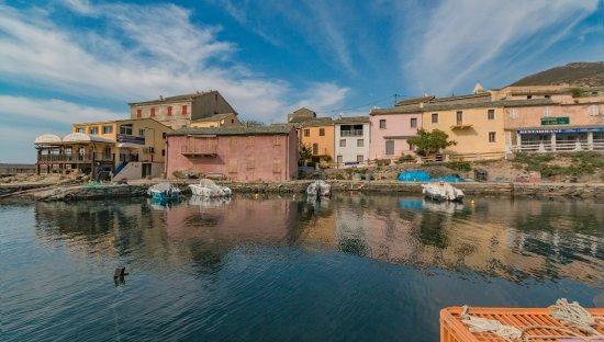 Centuri, Francia: Face aux maisons colorées , de beaux reflets