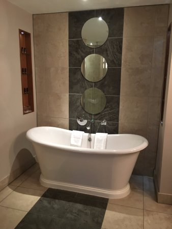 Osprey Hotel & Spa: Fabulous bathroom with free standing bath