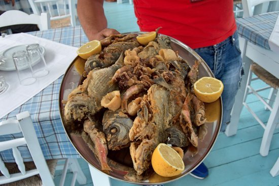 Каравостасис, Греция: Fish meal served for group of people next by