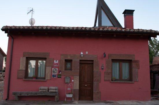 Villanueva de Carazo, España: la casa es de diseño, muy cómoda y tiene el color de las moras
