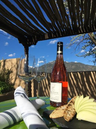 El Prado, Nuevo Mexico: Wine, cheese, and a glorious view