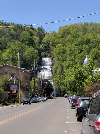 Montour Falls, Nova York: View of the Falls down Main St.