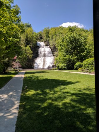 Montour Falls, Nova York: Walkway leading to the waterfall with WWII memorial on the left.
