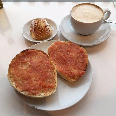 Paracuellos de Jarama, España: Desayuno: mollete con tomate.