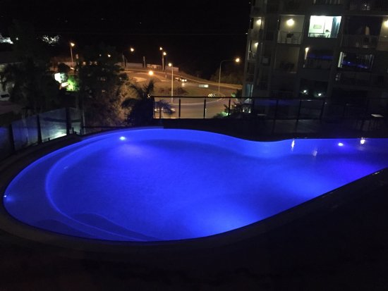 Blue Horizon Resort Apartments: Pool at night open from 7am till 9pm
