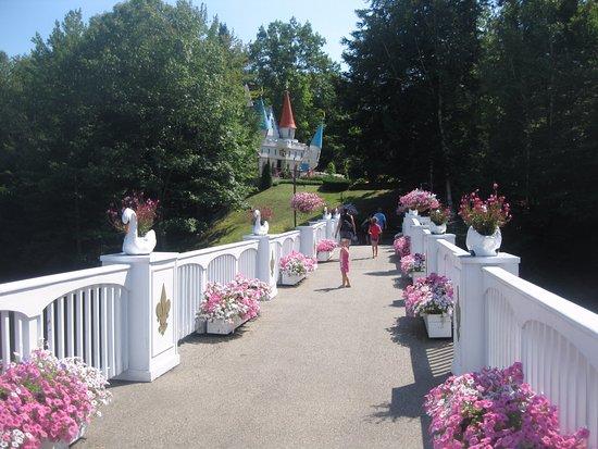 Glen, Nueva Hampshire: Across the bridge over the swan pond ride to the castle.