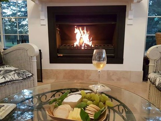 Inverell, Avustralya: Enjoy the open fire with a glass of wine and cheese platter