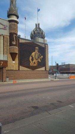 Mitchell, SD: Willie Nelson