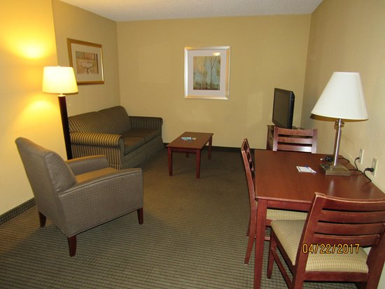 Holiday Inn Express Vadnais Heights: Living/Dining Area