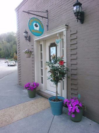 Hot Springs, VA: Exterior-Across from Sam Snead's 1912 Tavern and next to Laura's Loft