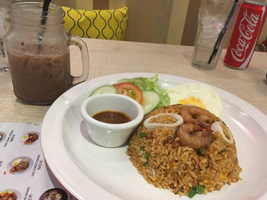 Klang, Malasia: Tom yum fried rice (spicy) with an iced milo