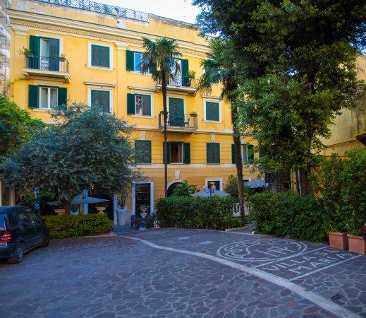 Villa San Lorenzo Maria Hotel: Look for the Lemon yellow building behind the gate