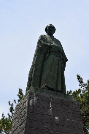 Ryoma Sakamoto Bronze Statue: 下からアップ