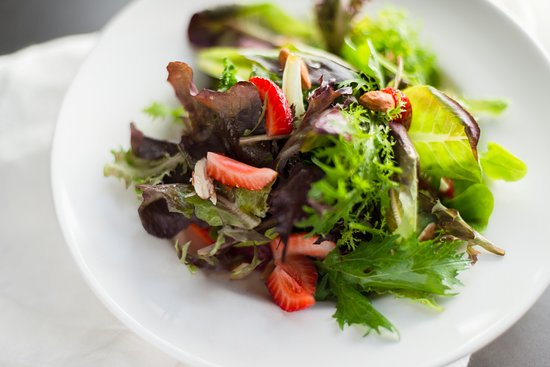 Ukiah, Californië: Local greens and local strawberries in our Mista salad