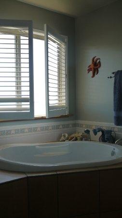 Sechelt, Canadá: Soaker tub in Retreat