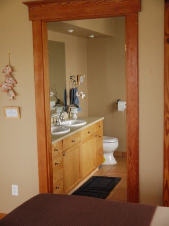 Sechelt, Canadá: View to bathroom from the main area of the suite