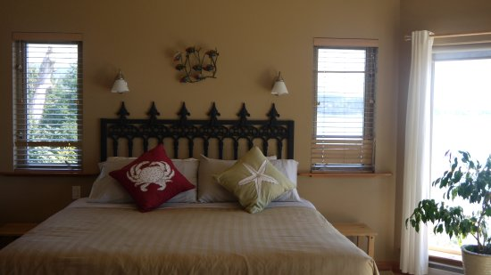 Sechelt, Canadá: King size bed in Retreat
