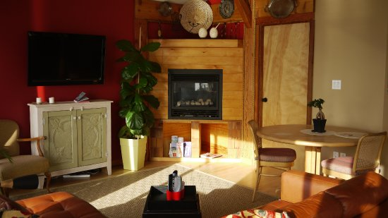 Sechelt, Canadá: View to the Gas fireplace in the Retreat
