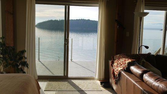 Sechelt, Kanada: view to the Retreat deck and 1st Trail Bay Island