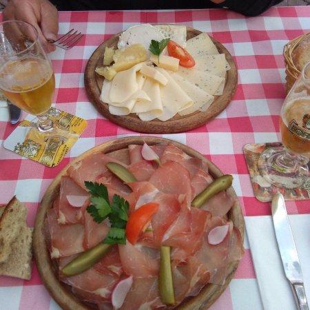 Appiano sulla Strada del Vino, Italy: Piatto di formaggi e di speck