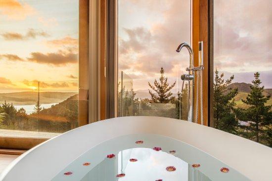 Omapere, Nueva Zelanda: Bath with a wrap-around view