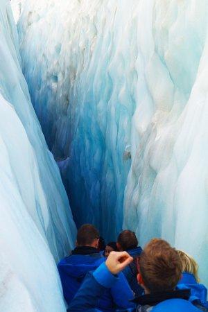 Franz Josef, Nova Zelândia: Passing through a crevice