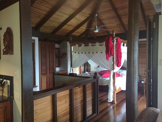 Montville Misty View Cottages: Bed in Balinese cabin