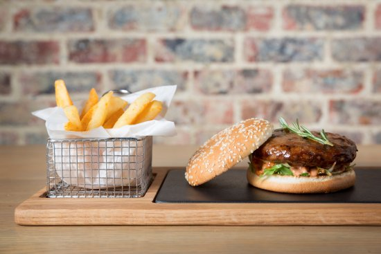 Berea, África do Sul: This is our delicious Plain Jane Burger with a side of crispy chips!