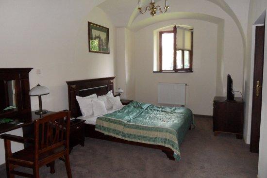 Osiecznica, Polonia: Hele ruime kamer en badkamer in de gewelven van het kasteel.