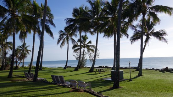 Comfort Resort Blue Pacific: Beach front BBQ and lounges