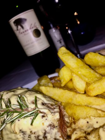 Durbanville, South Africa: 300g Carpetbagger (Fillet stuffed with smoked oysters and cheese) The Annandale wine was my own